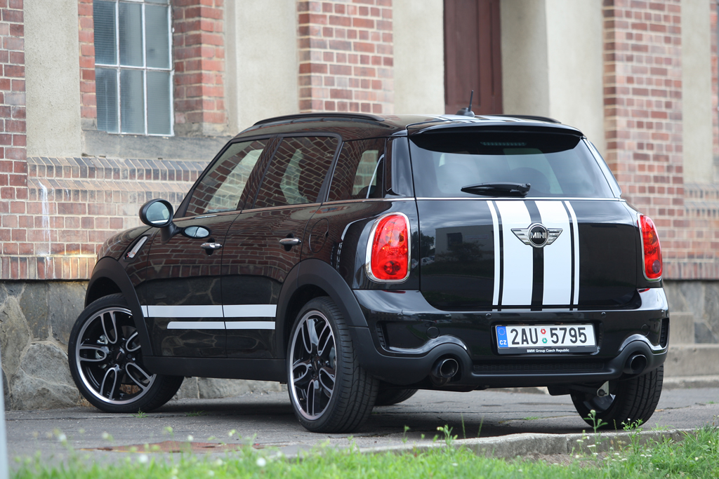 Automobily Mini S Countryman Dark Edition