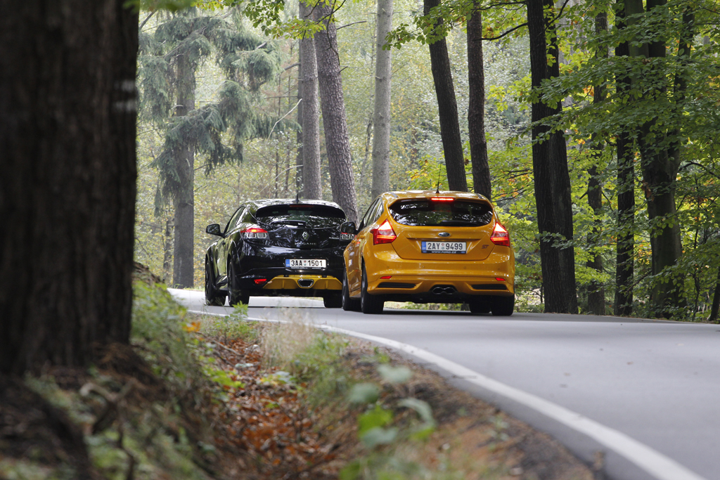 Automobily Ford Focus ST vs Renault Megane RS