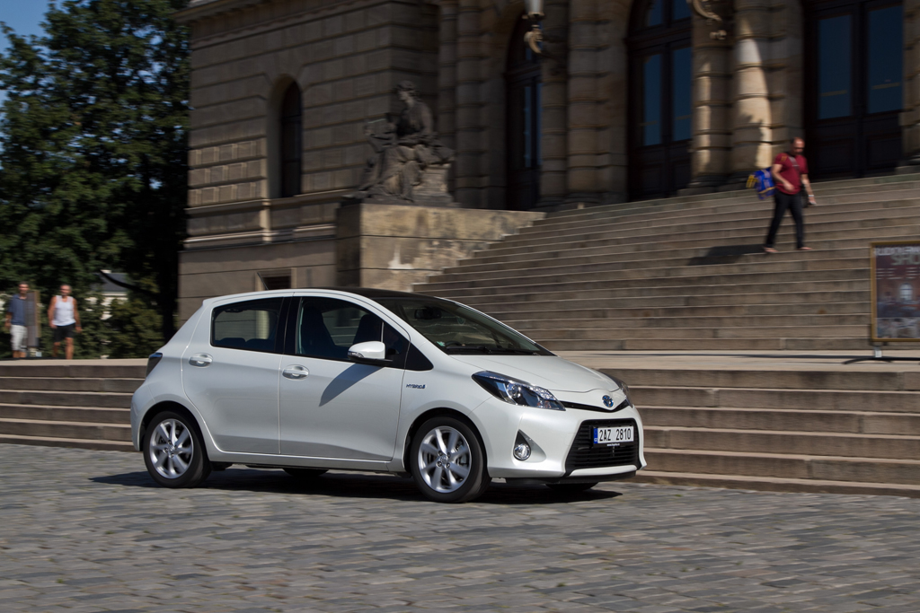 Automobily Toyota Yaris Hybrid Style