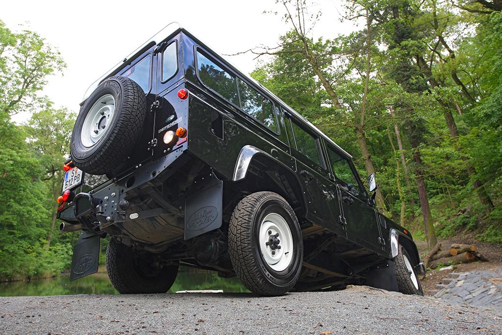 Automobily Land Rover Defender 2.2 SD4 110 SW Experience E