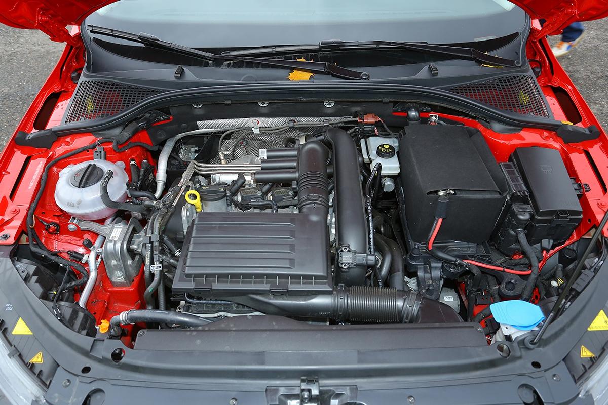 Stejný kryt astejný motor. 1.2 TSI jezdí iza 6,5 l/100 km asnízkým povinným ručením.