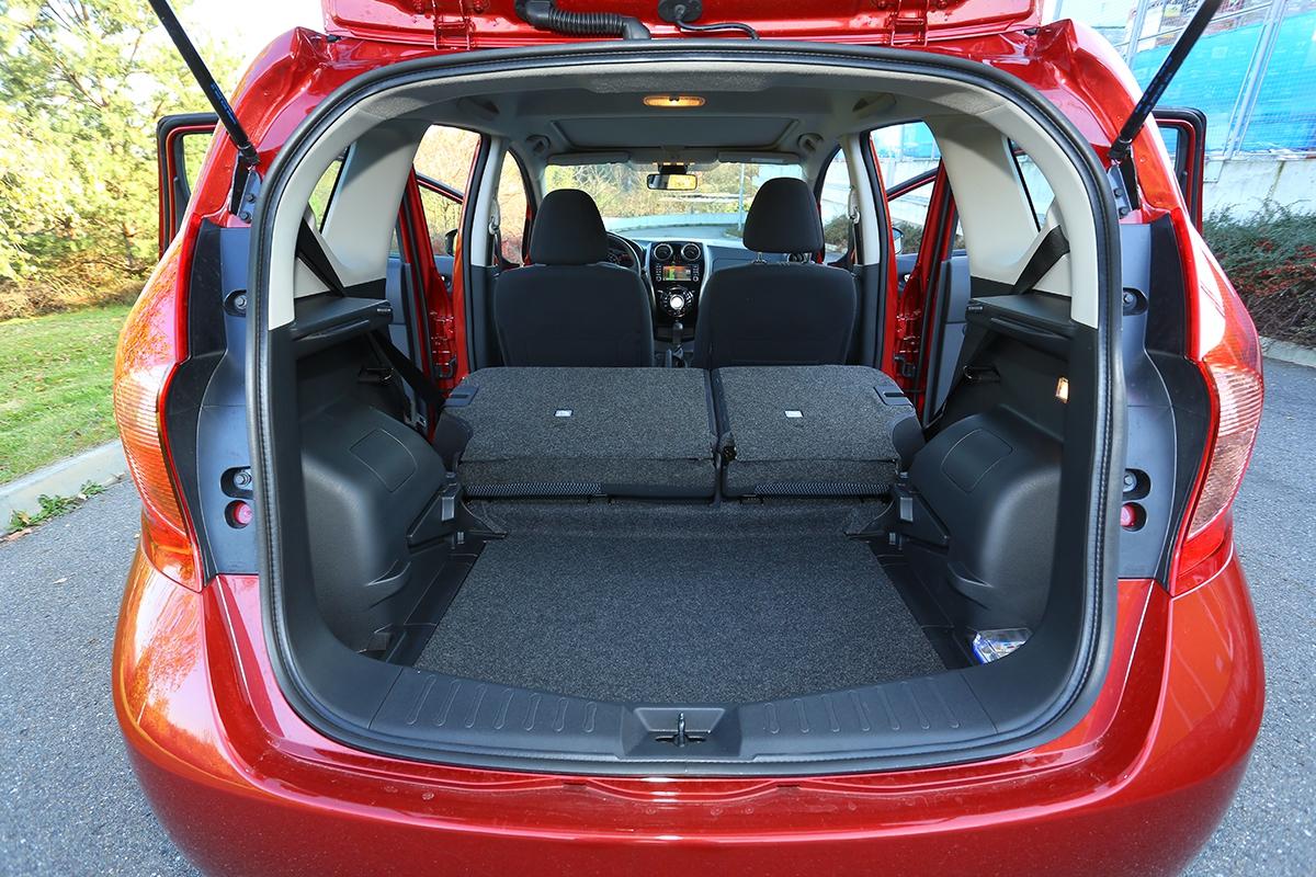 295 až 381l nabízí zavazadelník podle polohy zadní lavice. Více nemá vdaném segmentu žádný jiný.