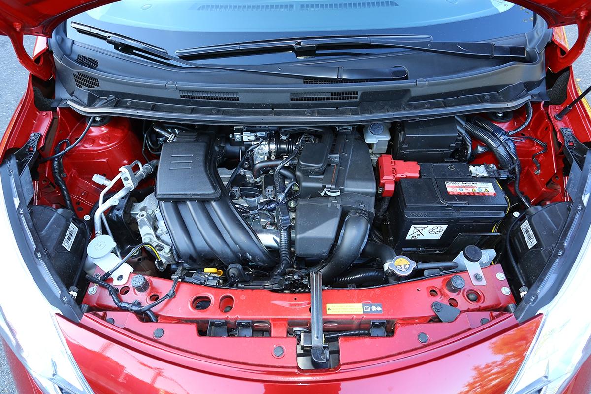 Kultivovaný motor potlačuje typický tříválcový projev naminimum, kapota sice postrádá tlumicí vrstvu, kuším posádky ale hluk agregátu doléhá jen při vytáčení.