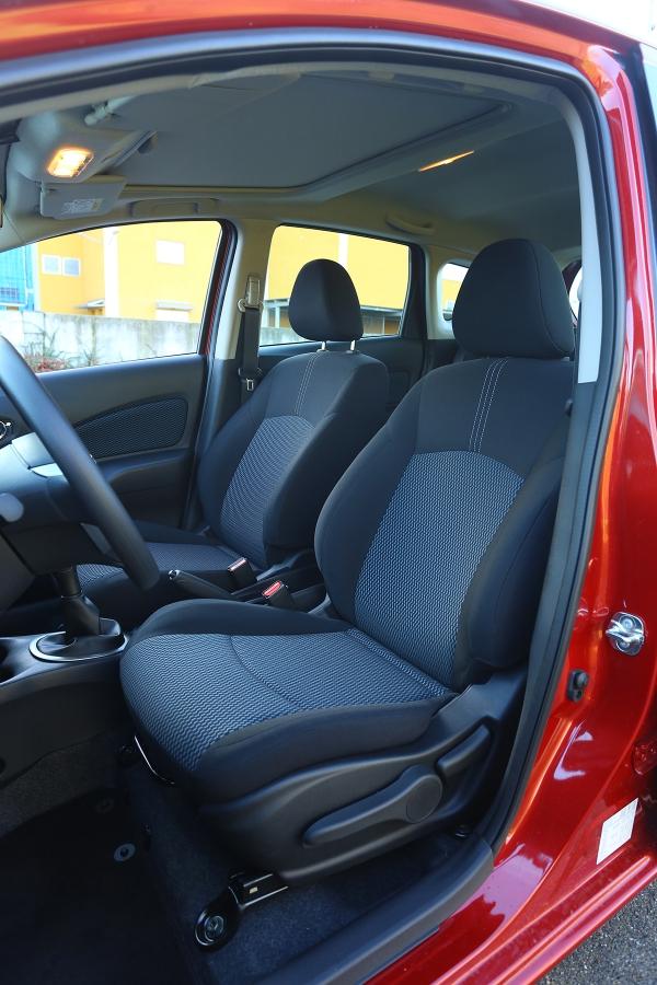 Slušný komfort inadelších cestách nabízejí správně tuhá sedadla vpředu.