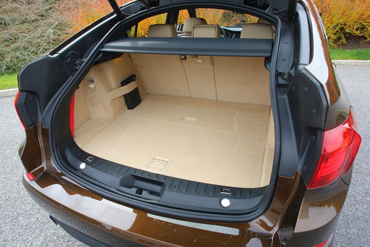 Kufr je ohromný, sedadla se navíc dají sklopit, takže vznikne velká svažitá plocha.
