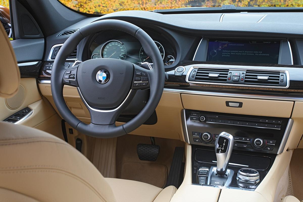 Příkladně zpracovaný interiér vás obejme anepustí pryč – vtomto ohledu BMW ví, jak své zákazníky zaujmout.