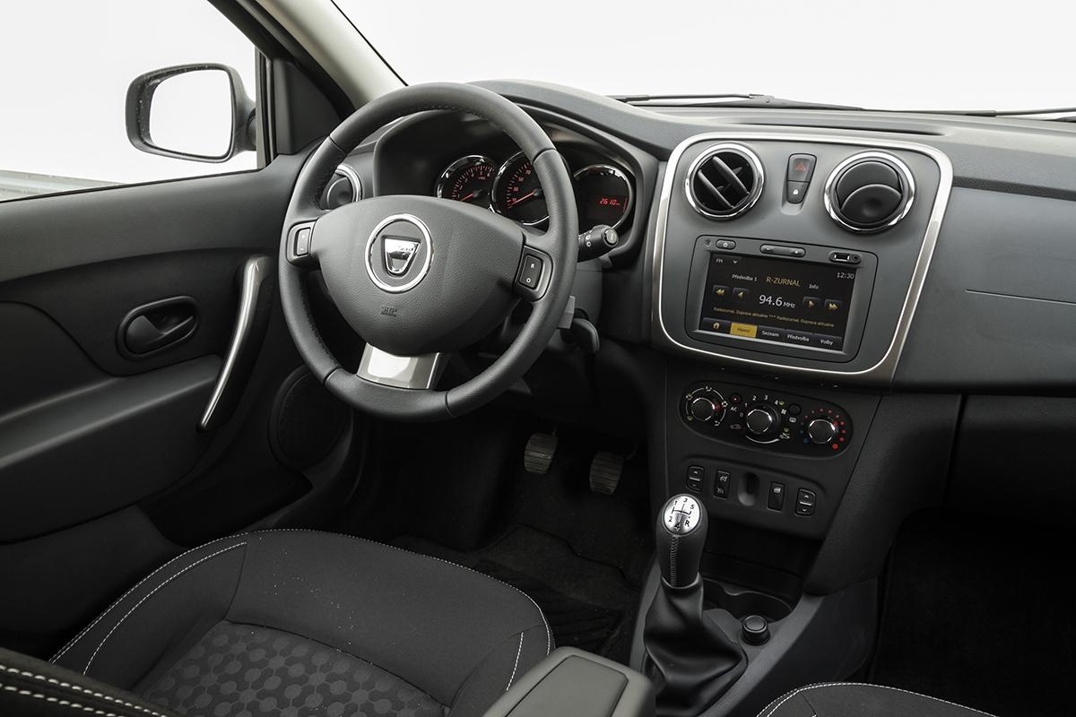 Výškově nastavitelný volant má jen top výbava, podélně ani ta. Navigace stojí 9500 Kč.