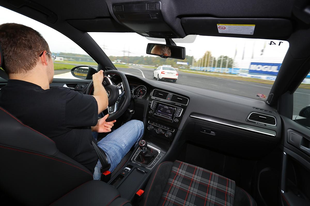 Zploštělý volant, nápisy ařada dekorací odlišují interiér GTI více, než je tomu uoctavie.