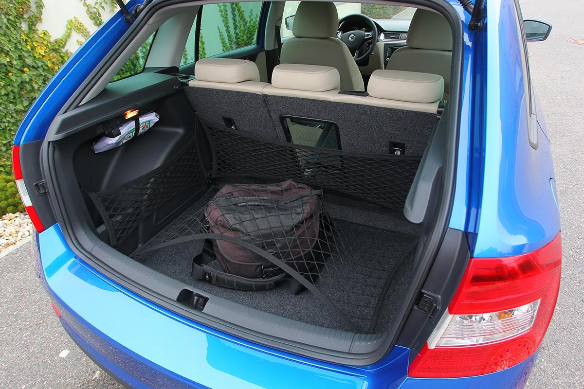 Hluboko je kednu kufru, pokud si nepřiplatíte namezipodlahu (4200 Kč). Síťový program je za1000Kč.