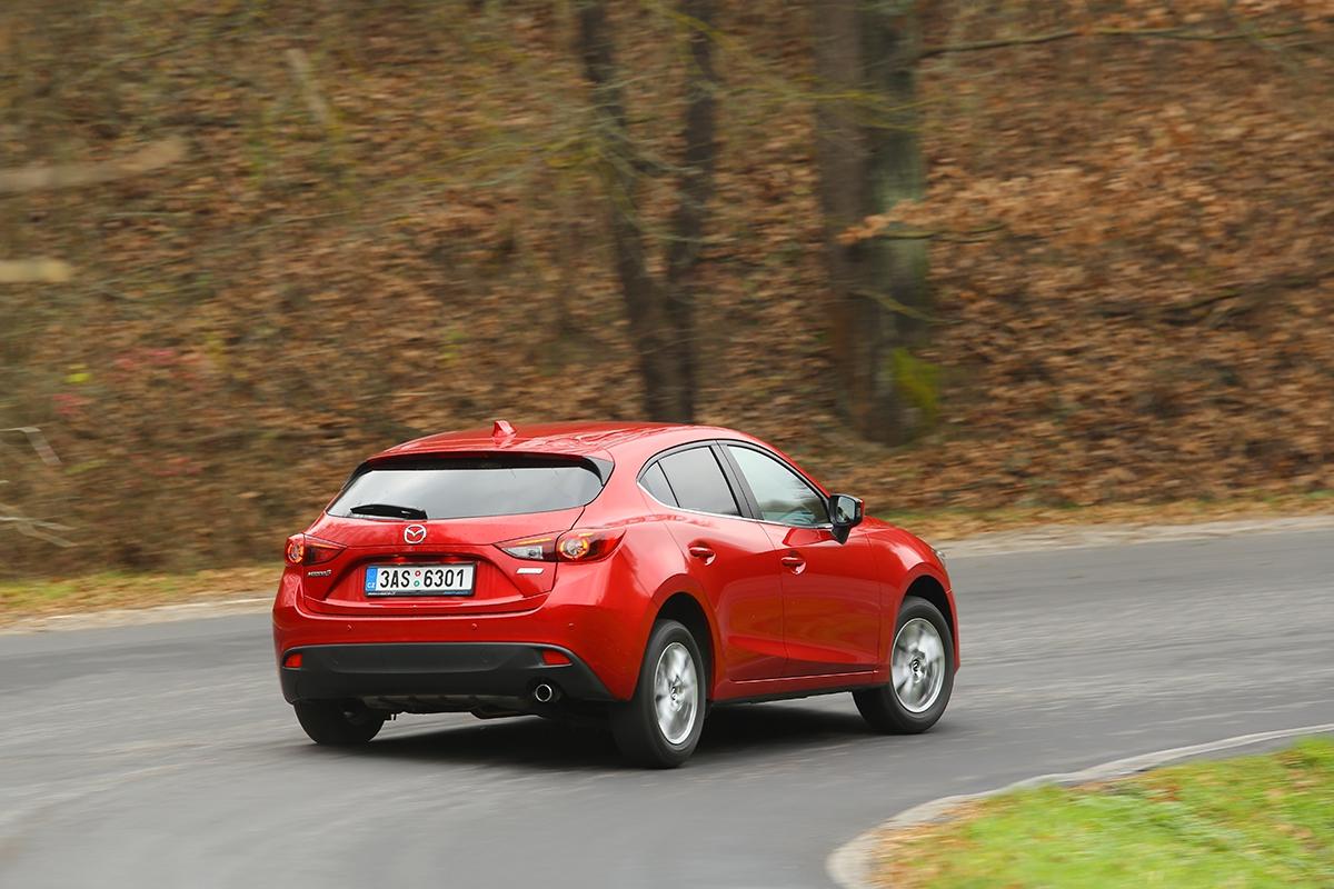 Narozdíl odsoučasného trendu (viz koncern VW) má Mazda 3 vevšech verzích nezávisle zavěšená zadní kola. Narozbitém asfaltu vzatáčkách je to znát!