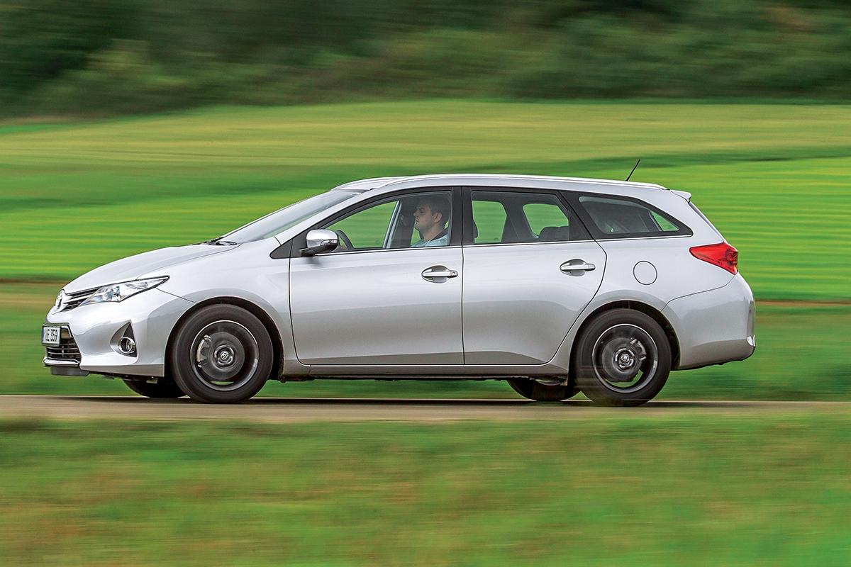 toyota auris se kombi, označená Touring Sports, dočkala až vedruhé generaci. Připlácí se zaněj 25000Kč.