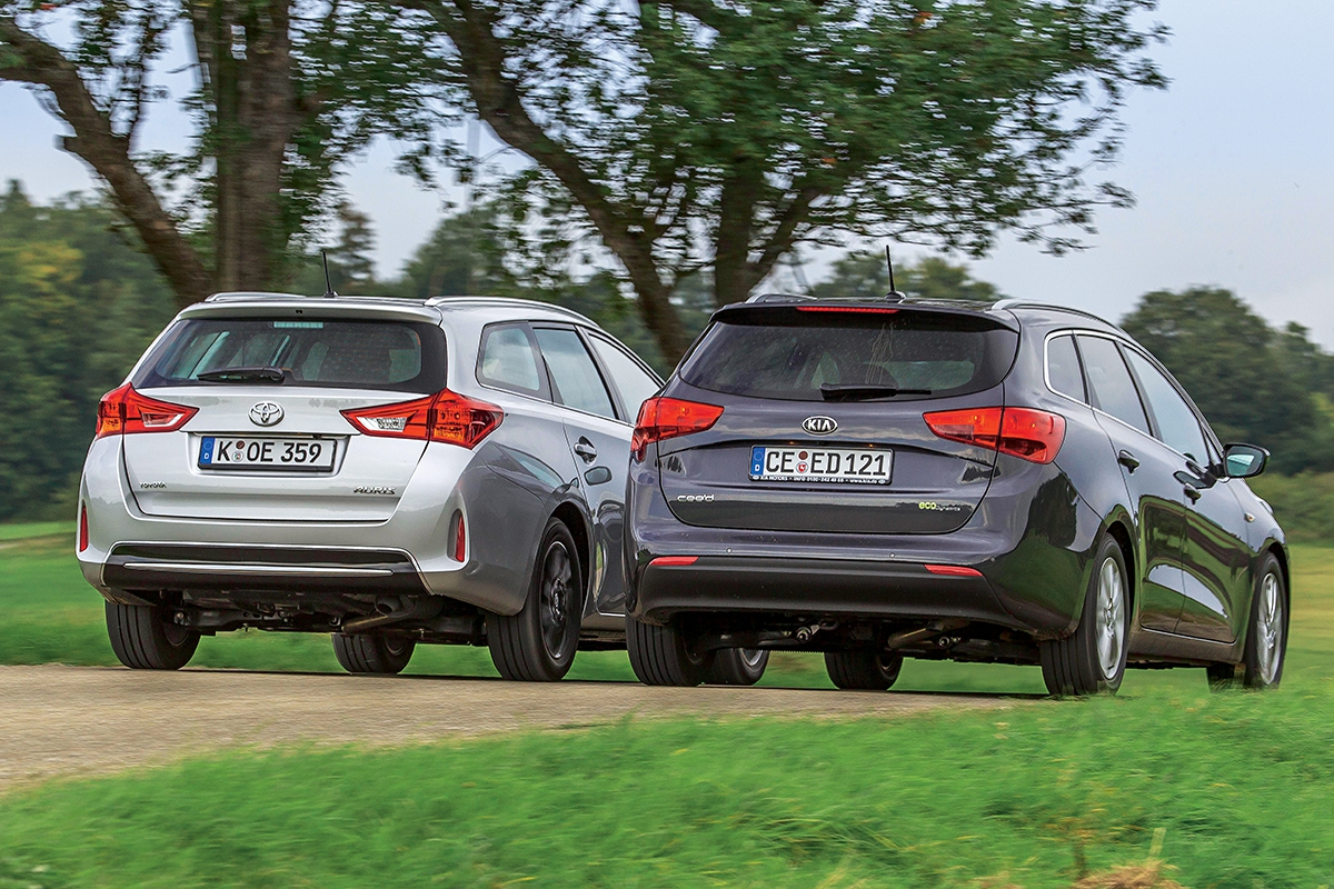 Toyota má okna umístěná opoznání výše, to vpátých dveřích je odost užší. Střešní ližiny patří ksériové výbavě obou vozů.
