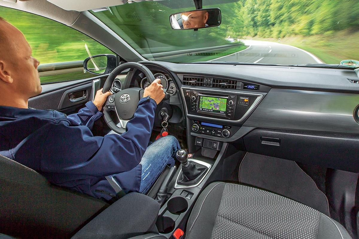 Tvarování přístrojové desky působí, jako by před řidičem byla zeď. Převodovka spředlouhou šestkou je přesná.