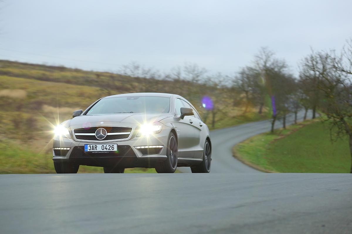 Zrychlení nastovku za3,7 sudvoutunového auta? Vůbec jsem nečekal, že tak těžké auto může jezdit takhle dobře!