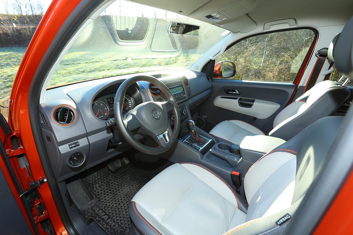 Efektní doplňky příjemně osvěžily prostorný vnitřek vozu. Sedadla jsou pohodlná apevná.