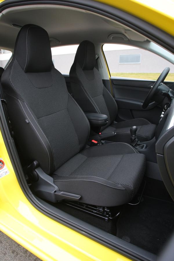Sportovní sedadla scelistvými opěrkami nevyhovují vysokým řidičům. Připlácí se zaně 5900Kč.