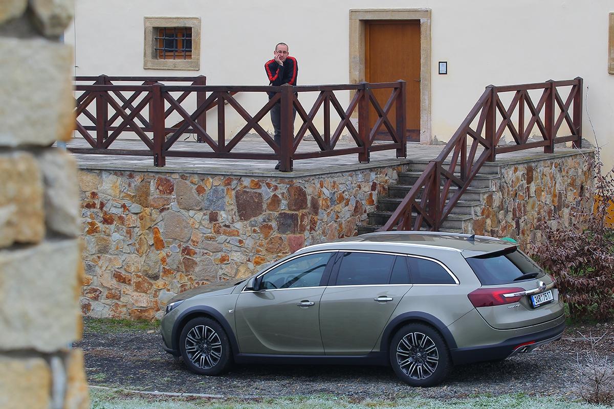 Splastovými doplňky karoserie to Opel zbytečně nepřehnal. Co trochu narušuje jinak elegantní karoserii, je velká mezera mezi pátými dveřmi azadním nárazníkem. Vypadá to, jako by nebyly dovřené.