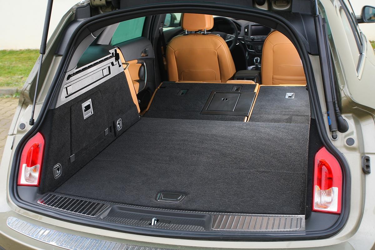Kufr má šířku 1060mm, délku 1065mm a výšku pod roletkou 435mm. Největší ložná délka činí dva metry.