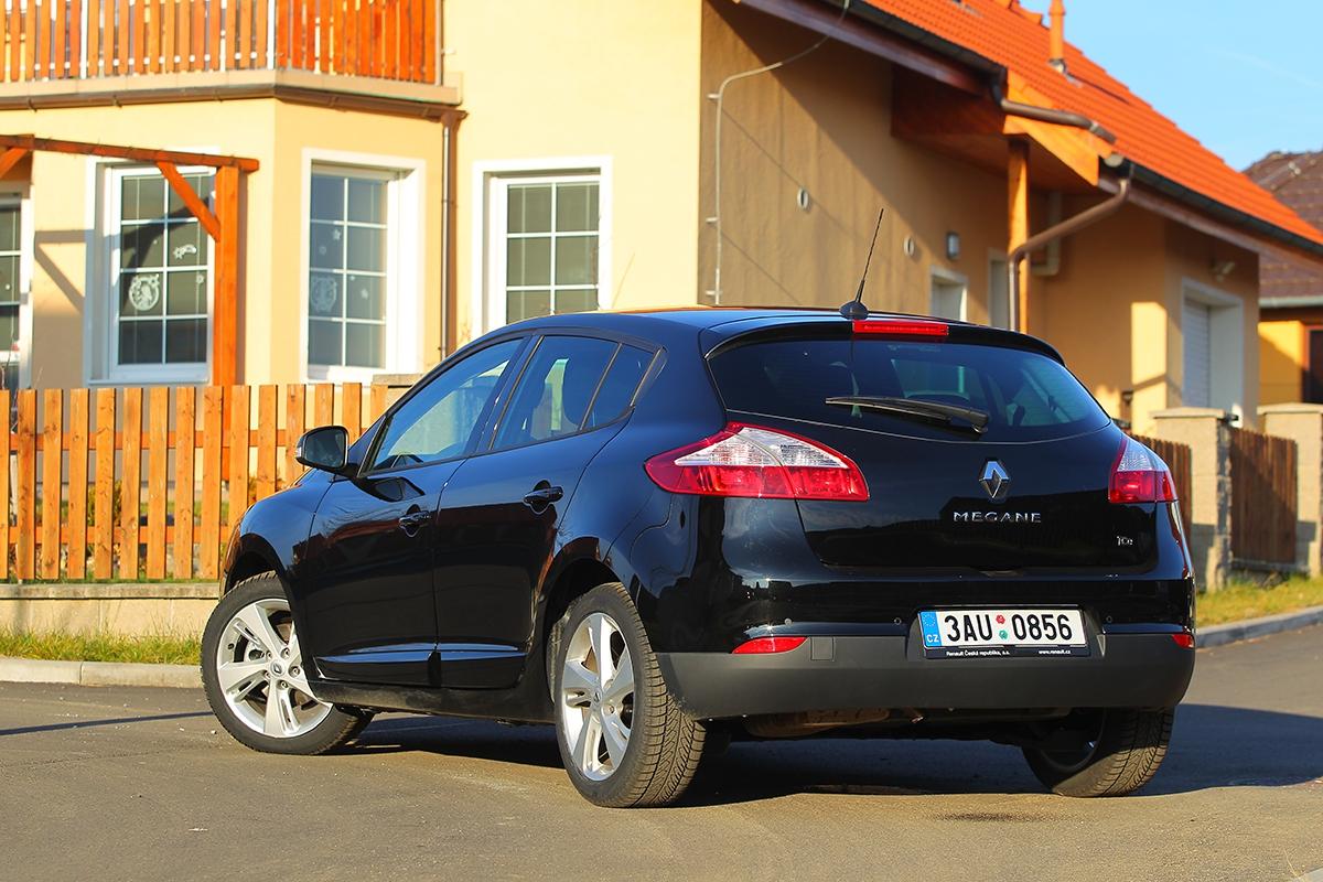 Zadní část hatchbacku je vzhledově nejproblematičtější oblastí celého vozu. Zatímco verze Coupé aGrandtour jsou hezké izezadu, opětidveřovém hatchbacku se totéž říci rozhodně nedá.