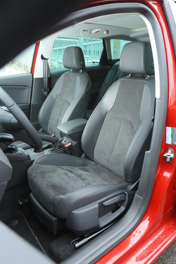 Pohodlná sedadla mohou být zapříplatek 18000Kč čalouněna alcantarou.
