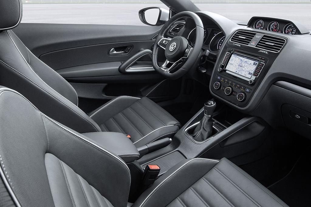 Pro interiér bylo připraveno osm nových potahových variant a speciální design pro ostrou verzi Scirocco R.