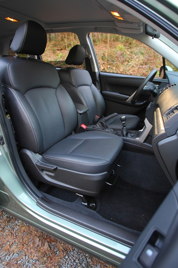 Přední sedadla vynikají pohodlím, kožené čalounění ale trochu klouže.