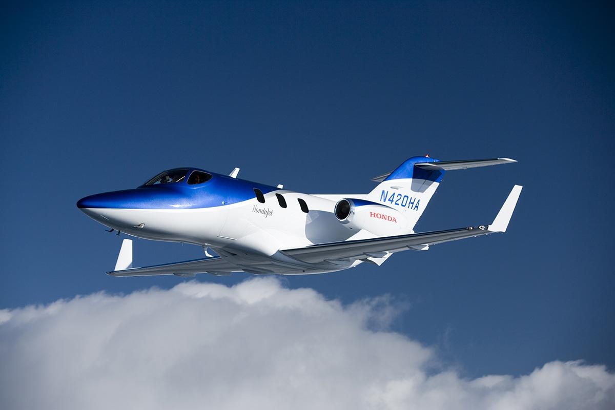 Honda HA-420 Honda Jet disponuje celokompozitovou konstrukcí aunikátním umístěním proudových motorů nad křídlem.