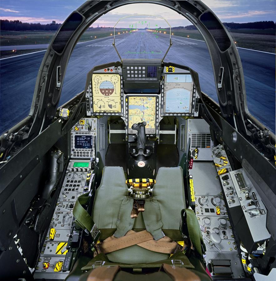 2204 km/h, tak rychle se může řítit pilot gripenu. Kdispozici má tři multifunkční obrazovky aprojekční displej. Knipl doplňuje plynová páka.