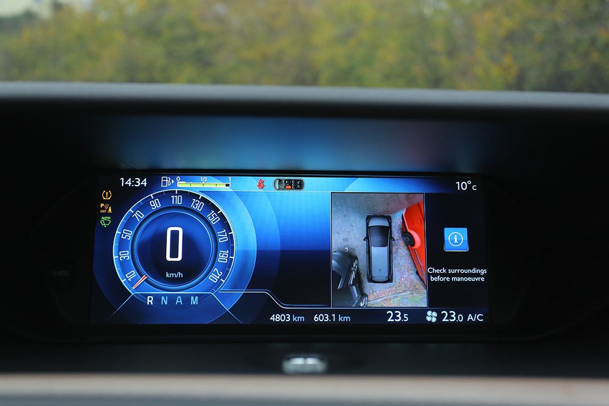Kamerový systém monitorující okolí vozu (12 000 Kč) trochu zkresluje, veměstě ho ale plně doceníte.
