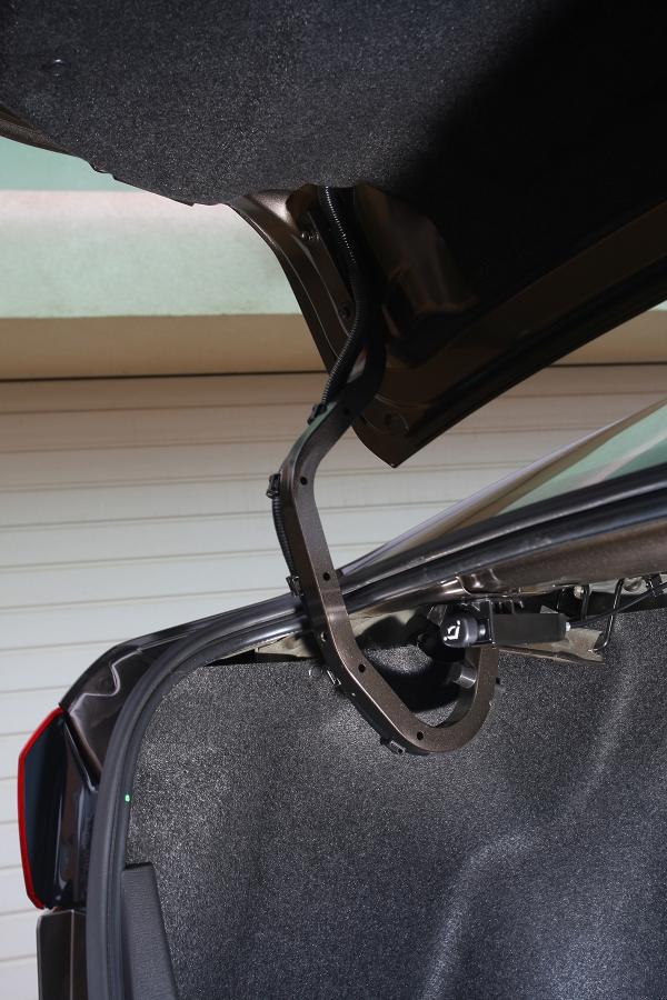 Nepraktický detail. Závěsy víka zavazadelníku nejsou kryté azasahují doprostoru pro náklad.