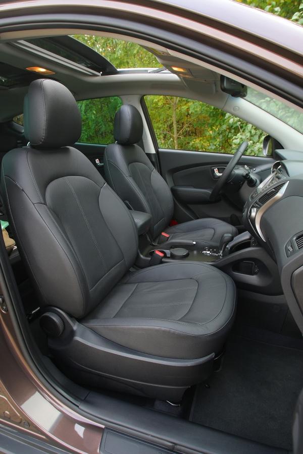 Sedadla nemají optimální tvarování, za volantem se sedí poměrně vysoko.