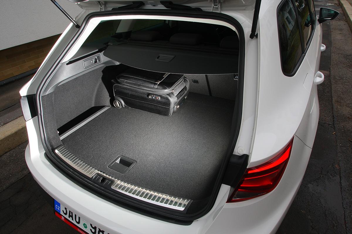 S587 l je zavazadelník menší než vGolfu Variant, praktické řešení je podobné.