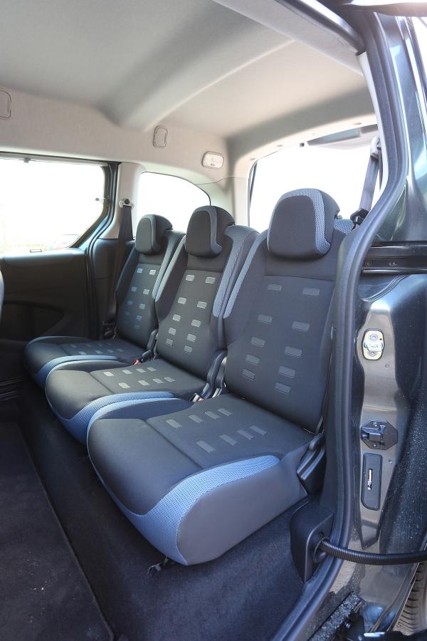 Barevné potahy sedadel posouvají kabinu dovod MPV. Nazadních sedadlech se odvezou tři dospělí.