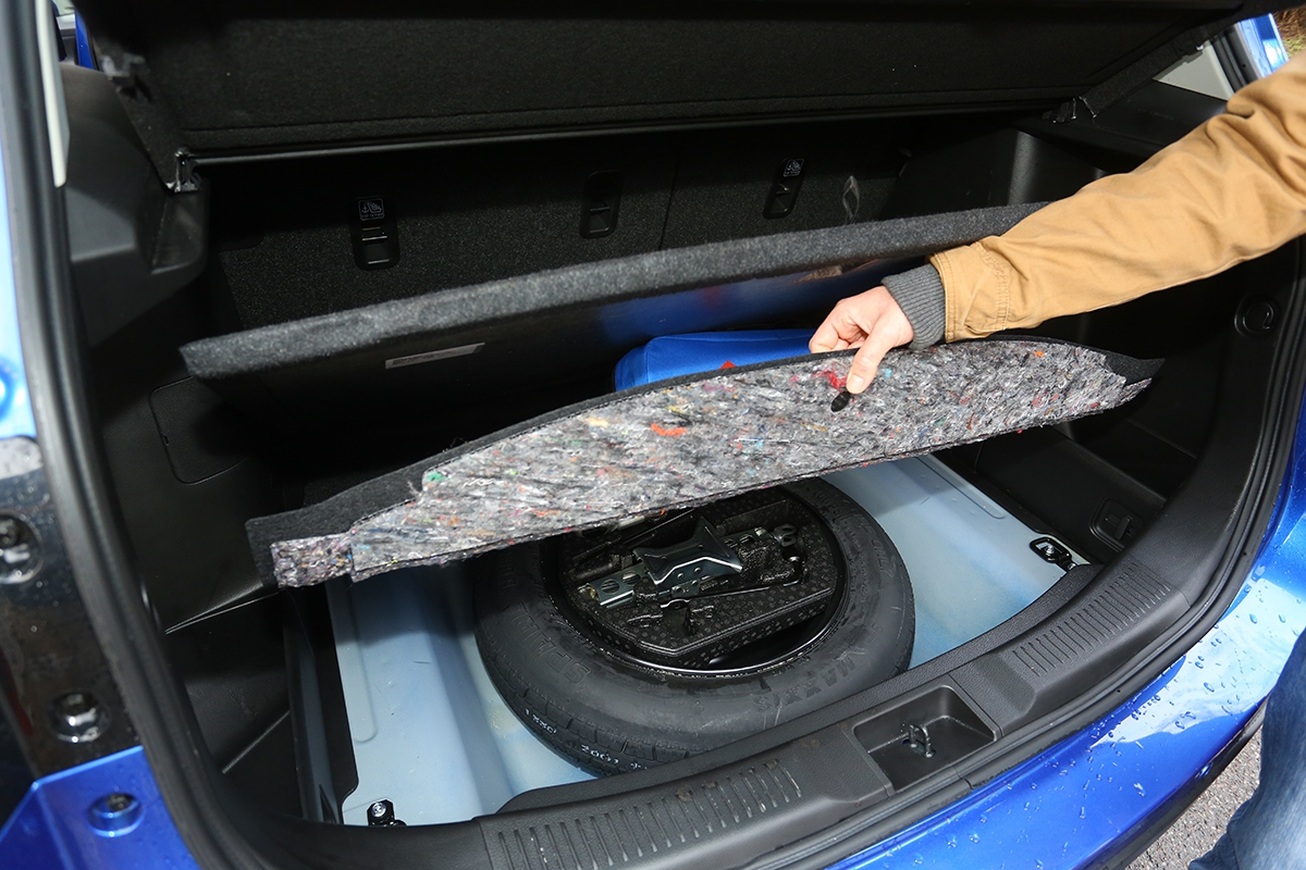Dvojité dno zavazadelníku ukrývá rezervu apovinnou výbavu. Je zde vidět jednoduchá konstrukce.