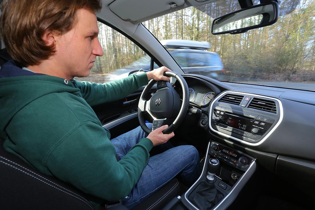 Řízení je sice celkem přeposilované, ale umožňuje auto přesně vodit poasflatu imimo něj. Jízdně jde ovelmi příjemné auto.