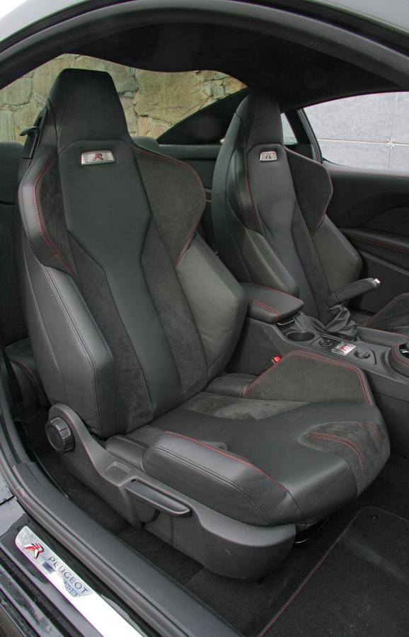 Sedadla jsou výborná, ale kvůli velkým dveřím se špatně nastupuje achybějí ipodavače pásů.