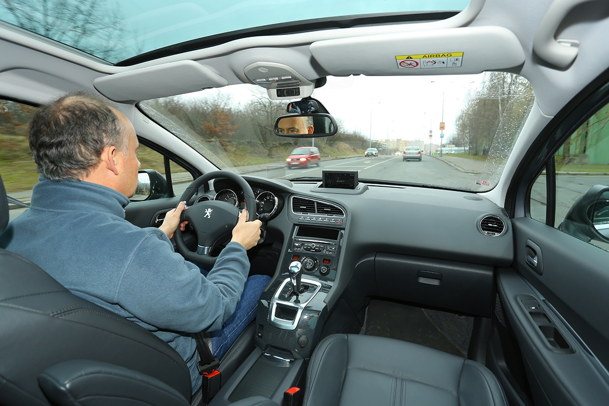 Posaz připomíná hatchbacky, řízení je přesné, široká středová konzola ale trochu překáží.