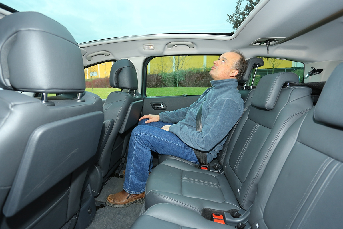 Panoramatické okno snižuje kabinu, místa pro nohy je jen průměrně, posaz je však pohodlný.