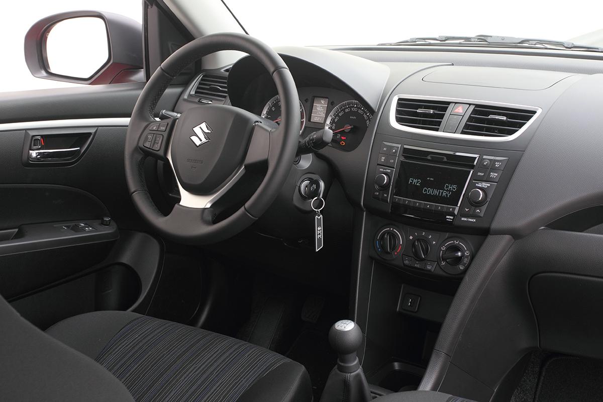Přehledná asvýjimkou ovládání palubního počítače tyčinkou je palubní deska dobře ergonomicky vyřešená.