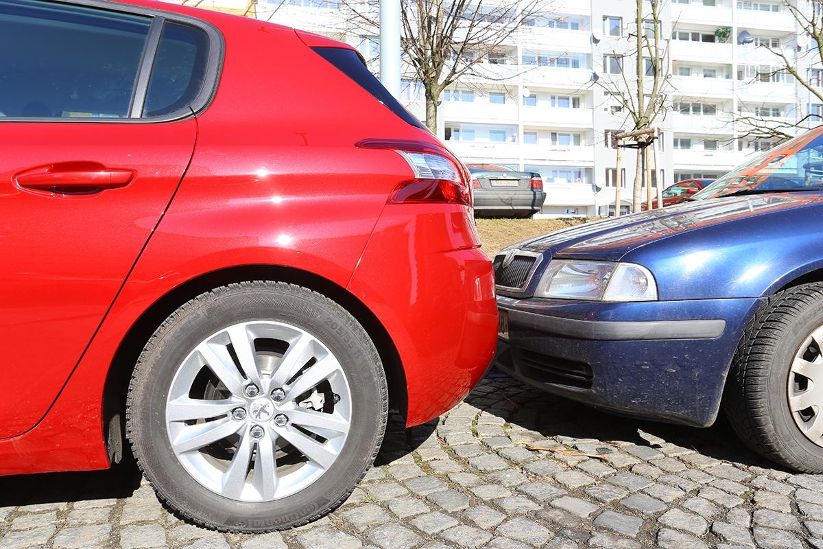 Při couvání kjinému vozidlu vám bude trochu vadit horší přehled ozadní části, daný zejména elegantním tvarem. Naštěstí příplatky zazadní parkovací asistent jsou rozumné.