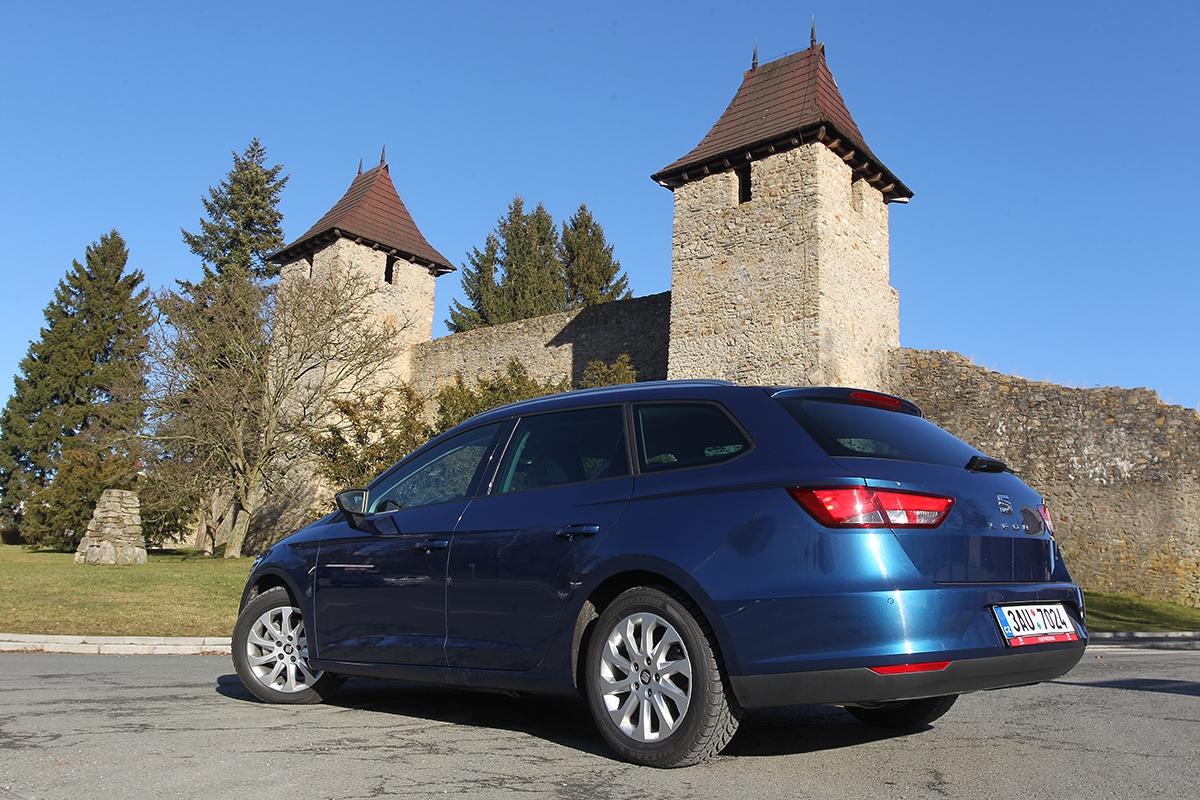 Záď vozu je přehledná, přesto doporučujeme připlatit si 7700Kč zazadní parkovací čidla.