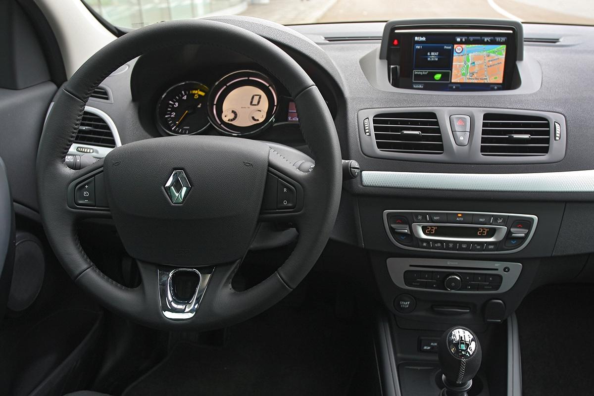 Příplatkovou navigaci R-Link známe zclia, uméganu se dá ovládat ikolíčkem mezi sedadly.