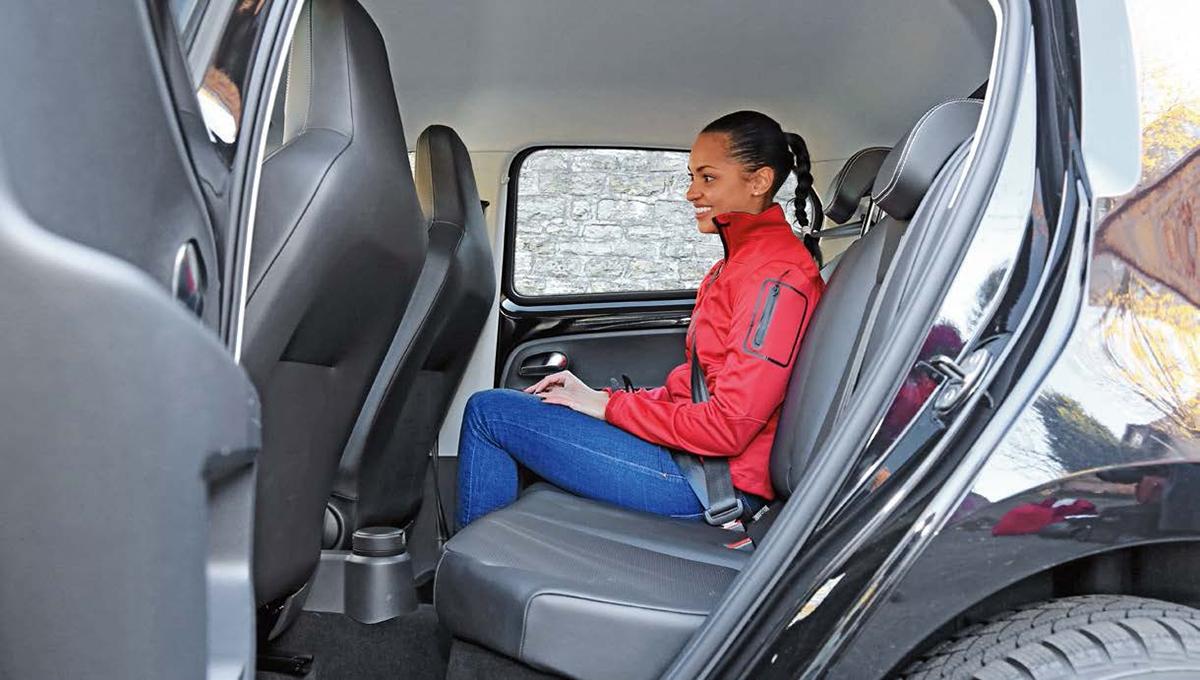 Přes téměř identickou vnější šířku nabídne up cestujícím vzadu o10,5cm širší vnitřní prostor, imísta pro nohy je zde více.