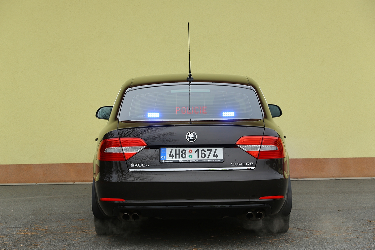 Displej za zadním oknem může řidičům zobrazovat až 16 různých informací, některé i v cizích jazycích.