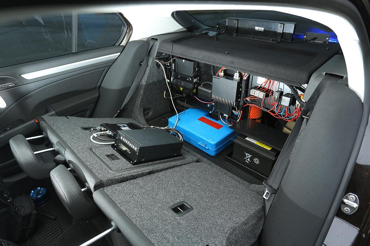 """""""Ústředna"""" policejního superbu je schovaná za zadními sedadly."""