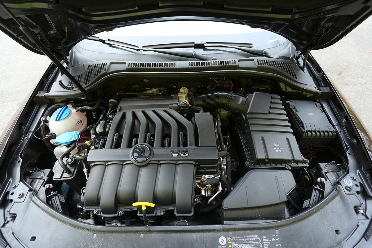 Policejní superb schovává pod kapotou sériový tovární motor. Jeho 260 k však zajišťuje slušnou dynamiku.