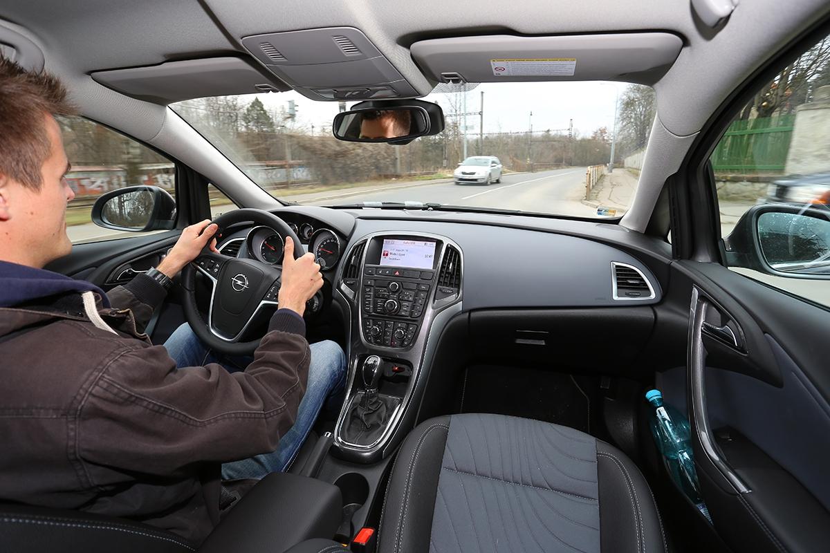 Posaz zavolantem je útulný aobklopenost masou hmoty dodává řidiči dostatek jistoty. Nevýhodou je horší výhled ven.