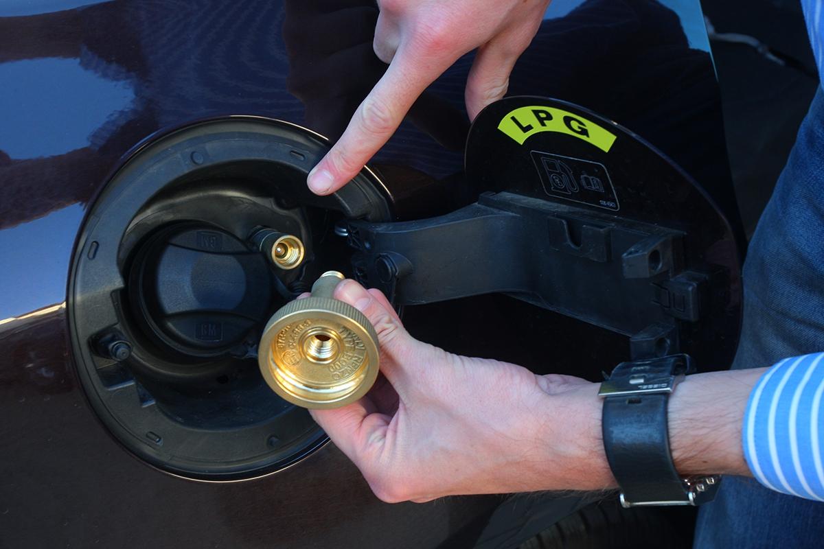 Hrdlo pro plnění LPG najdete hned vedle vpusti benzinu. Před plněním je nezbytné nainstalovat kovovou redukci.