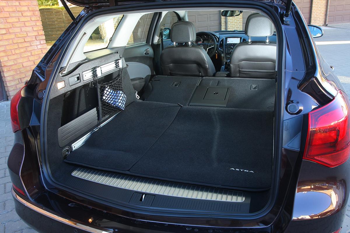 Délkou zavazadelníku patří Sports Tourer kpřeborníkům třídy. Ložná plocha je při sklopení opěradel vúplné rovině, vzniklá přepravní kapacita činí impozantních 1550l.