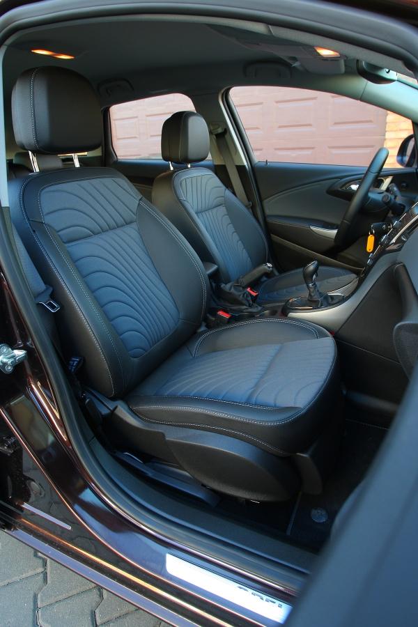 Přední sedadla mají příjemný tvar apodrží ivzatáčkách. Dají se seřídit ipěkně nízko.